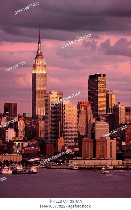 View over Hudson River to Manhattan, Empire State Building, New York, New York, USA