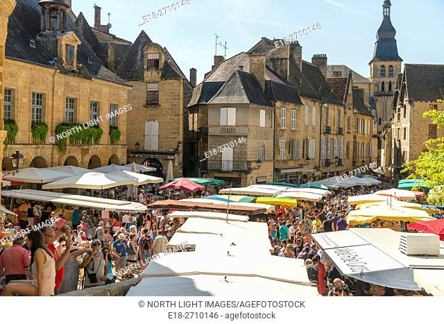 France, Midi-Pyrénées, Sarlat-la-Caneda. Large outdoor market in village square