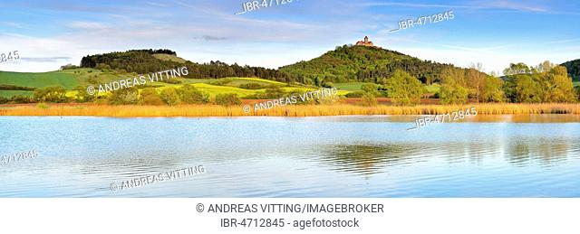 Landscape with lake, at the back Wachsenburg Castle, castle of the castle ensemble Drei Gleichen, Mühlberg, Thuringia, Germany