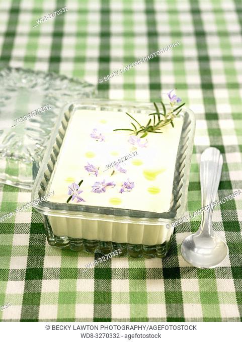 crema de patata y flores de romero