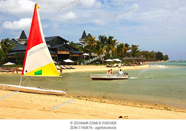 Segelboot am Strand der Hotelanlage Heritage Le Telfair Golf und Spa Resort, Bel Ombre, Mauritius / Sailing boat on the beach of the Heritage Le Telfair Golf...
