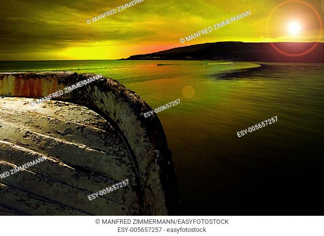 Ireland series in detail. Sunset on Ireland Küste.Im foreground cutout of an old rowboat