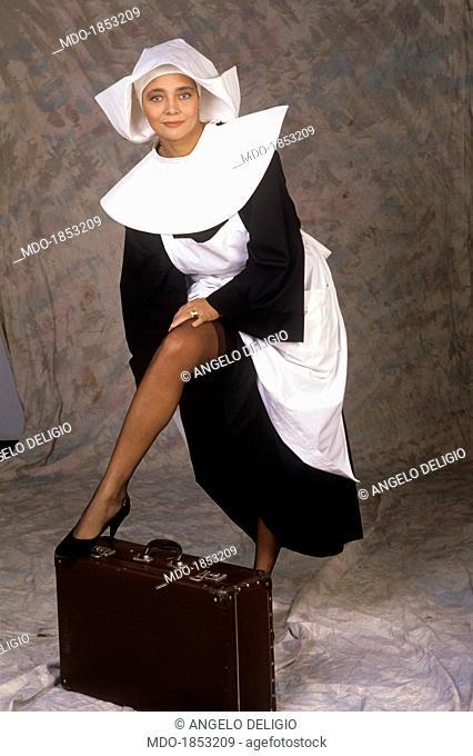 Italian showgirl Mara Venier (Mara Provoleri) posing dressed as a noun on the set of the TV show Candid Camera. Italy, 1988