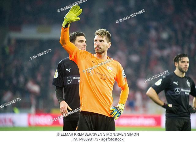 goalwart Ron-Robert ZIELER (S) gruesst, gr-sst, bedankt sich, dankend, gesture, gesture, frustratedriert, Frust, gefrustratedet, disappointed, entt-uscht