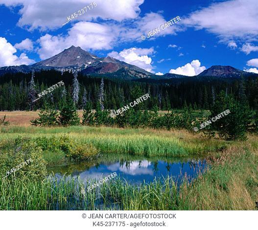 Sparks Lake with Broken Top, Deschutes National Forest, Oregon, USA