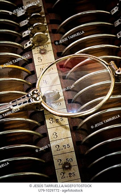 Bodegón de gafas antiguas con caja de lentes graduadas para uso Óptico