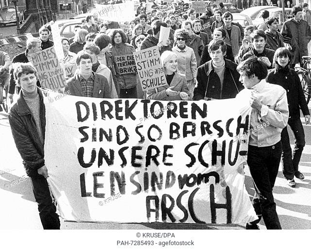 """About 200 members of the """"""""Independent Socialist School Federation"""""""" from Lower Saxony and Bremen demonstrate on April 3"""