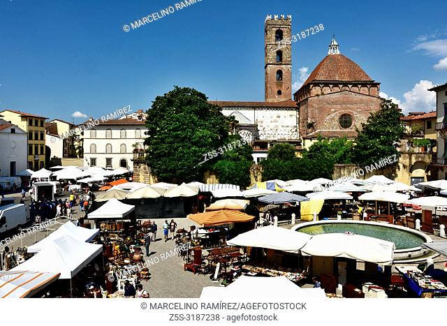 Weekly market in Piazza Antelminelli, In the background, the church of Saint Giovanni, Lucca, Province of Lucca, Tuscany, Italy, Europe