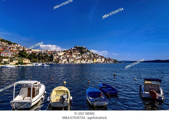 Croatia, Dalmatia, Sibenik, old town, fishermen's quarter Dolac with Mihovil Sveti fortress