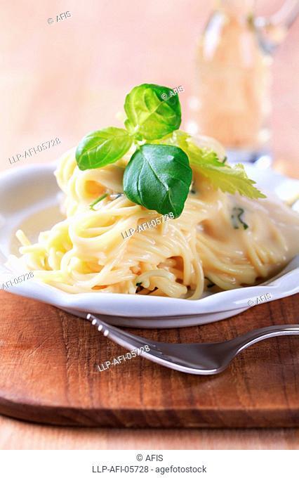 Spaghetti with cheese sauce