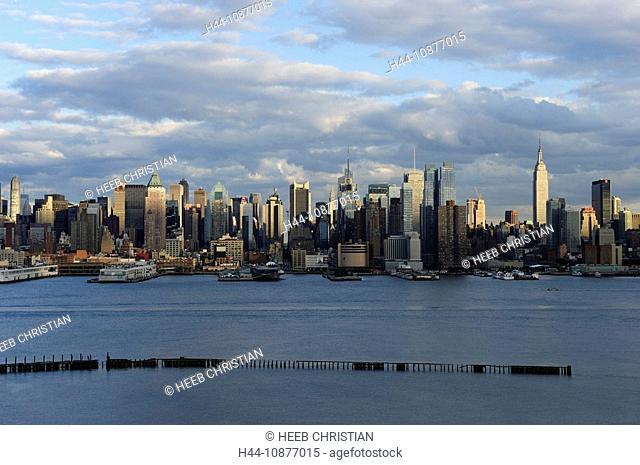 View over Hudson River to Manhattan, New York, New York, USA