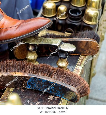 Shoe cleaner working