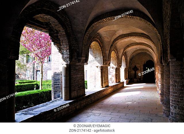 Kreuzgang und Klostergarten der Abtei Saint Philibert, Tournus, Burgund, France - cloister and abbey garden, Tournus, Burgundy, France