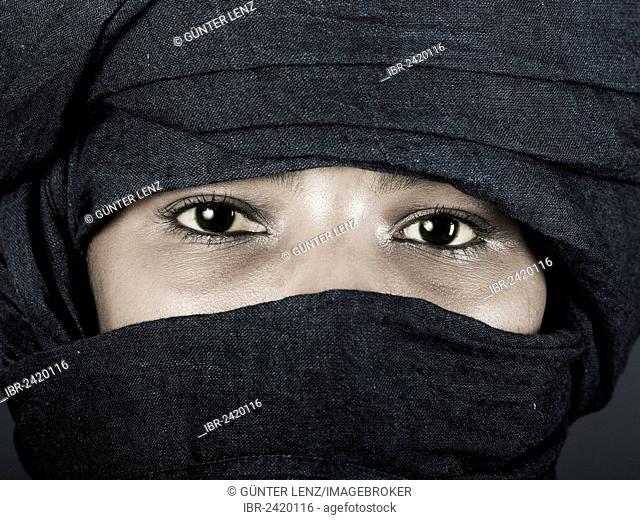 Tuareg girl, Targia, veiled with a chech with only her eyes visible, Algeria, North Africa, Africa