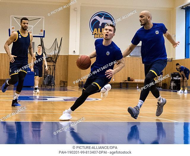 01 February 2019, Berlin: Basketball: Martin Hermannsson (M) and Stefan Peno train one day before the Bundesliga match of ALBA Berlin against Medi Bayreuth