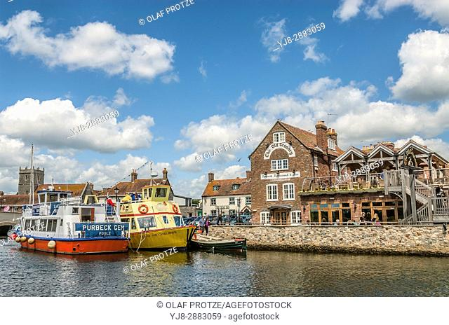 Sightseeing ship and 'The old Canary' Pub at the Wareham Wharf on the River Frome, Dorset, South East England