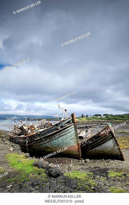 UK, Scotland, Argyll and Bute, Isle of Mull, ship wrecks at the coast