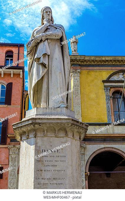 Italy, Verona, statue of Dante Alighieri at Piazza dei Signori