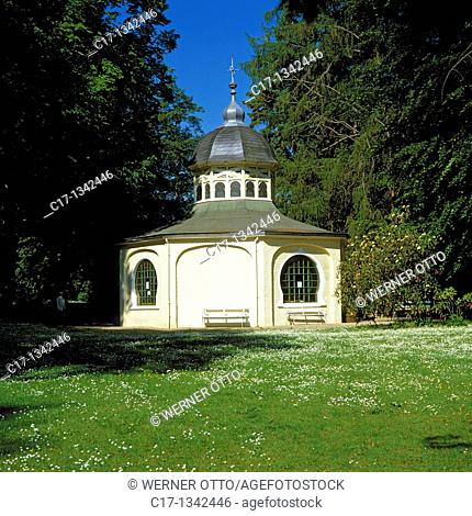 Germany, Bad Wildungen, Eder, Wilde, Kellerwald, Waldeck Country, Hessian mountainous country, Hesse, Auen Park, Koenigsquelle, pavilion, meadow