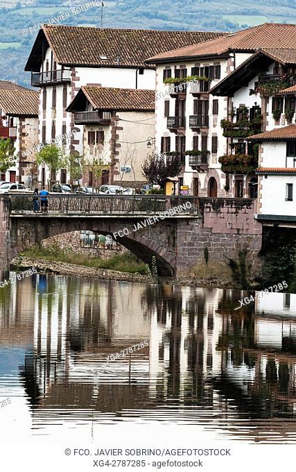 Puente de Muniartea y reflejos en el río Baztán - Elizondo. Baztán - Navarra. Pirineos. Spain