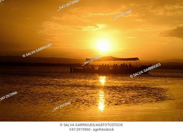 Visit the Albufera Natural Park by boat at the time of sunset is a magnificent experience for visitors