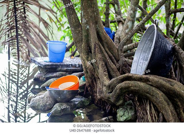 Guatemala, Rio Dulce, pots by water