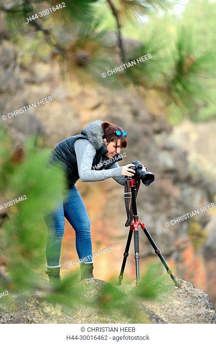 North America, USA, Oregon, Pacific Northwest, Central Oregon, Bend, Deschutes River, woman with camera MR 0598