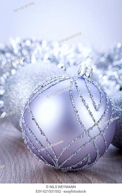 silberne weihnachtsdekoration christbaumkugel
