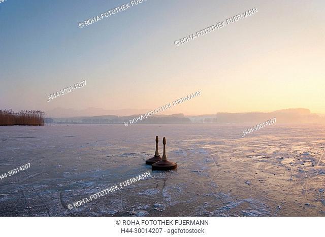 Eisstock auf dem Waginger See in der untergehenden Sonne - Kühnhausen