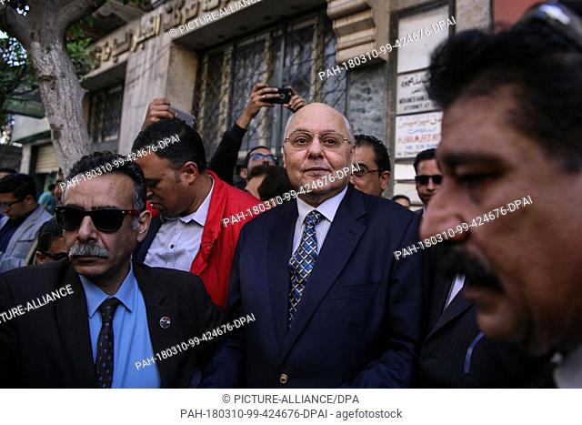 Egyptian Presidential candidate and leader of El-Ghad Party Moussa Mostafa Moussa (C) attends an election rally in front of the party's headquarters in Cairo