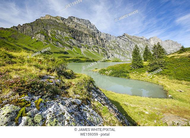 Mountain lake in Swiss alps, Schweiz