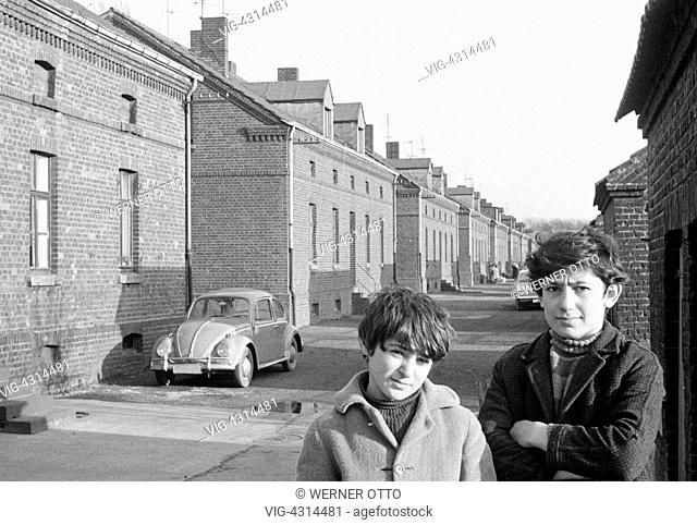 DEUTSCHLAND, OBERHAUSEN, 02.02.1974, Seventies, black and white photo, people, children, two boys posing at a housing estate, pithead buildings