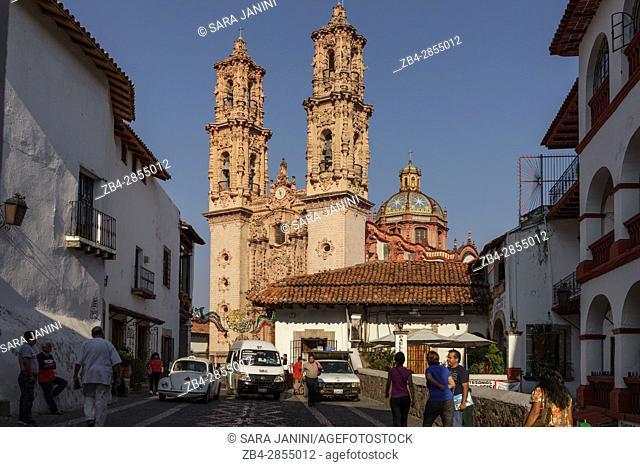 Taxco, Estado de Guerrero, México, América. Church of Santa Prisca in background