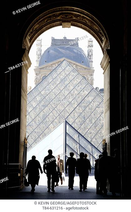 Louvre Museum with IM Pei's pyramid, París, France