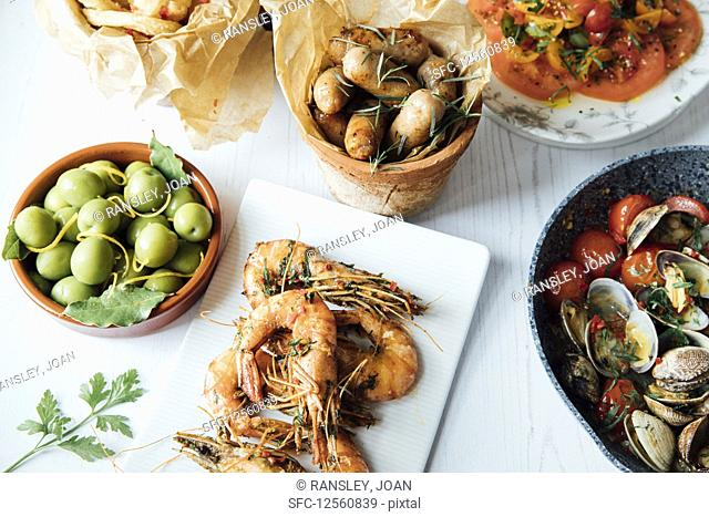 Prawns with chilli and garlic, clams with tomatoes, onion rings and olives