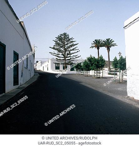Am Hauptplatz im Städtchen Haria auf der Kanarischen Insel Lantzrote, Spanien 1980er Jahre. Main square at Haria town at the Canary Island of Lanzarote