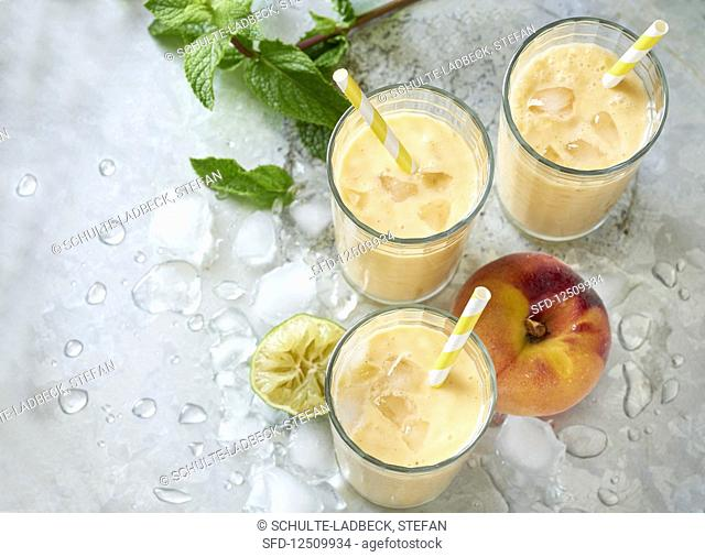 Peach smoothies with ice