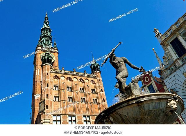Poland, Eastern Pomerania, Gdansk, Neptune fountain and the town hall (Ratusz Glównego Miasta) located in the Long Market square (Dlugi Targ)