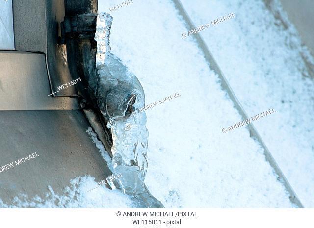 Frozen drainpipes risk of damage  UK