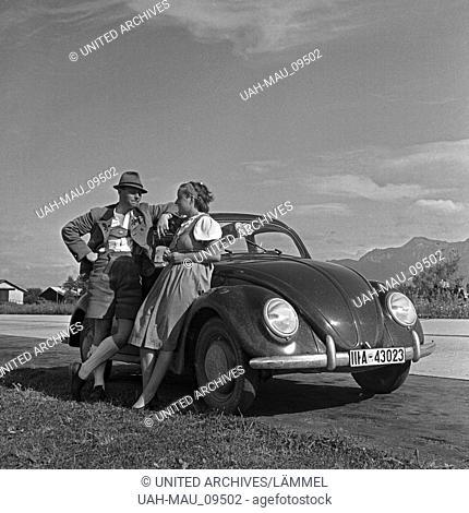 """Unterwegs mit dem KdF-Wagen, dem Volkswagen Käfer, Deutschland 1930er Jahre. Travelling by car in the Volkswagen beetle, or """"""""KdF car"""""""", Germany 1930s"""