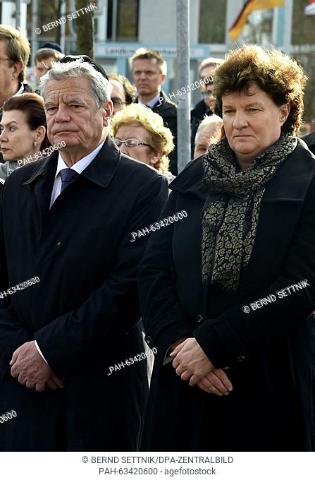 German President Joachim Gauck and president of the state parliament, Britta Stark, commemorate the victims of the November pogrom 77 years ago in Oranienburg