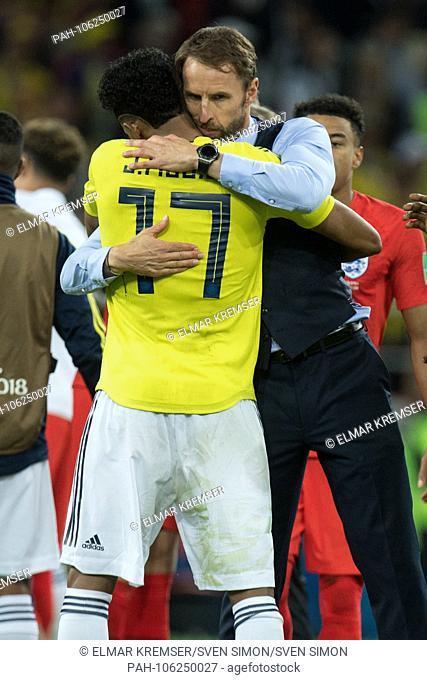 Gareth SOUTHGATE (hi., Coach, ENG) hugs Johan MOJICA (COL) thanks, thankfulness, consolation, comforting, consoling, frustrated, frustrated, latexed