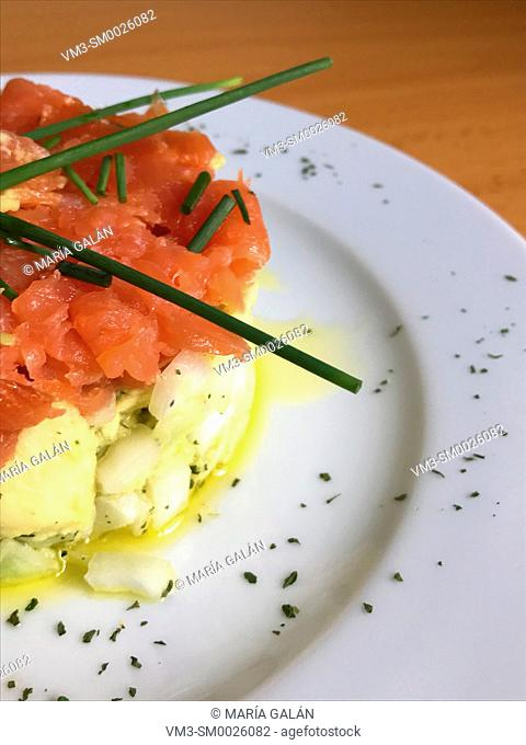 Smoked salmon with onion, avocado, olive oil and spring onion