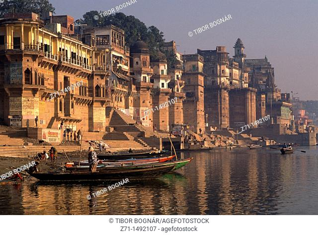 India, Uttar Pradesh, Varanasi, ghats on the Ganges, people