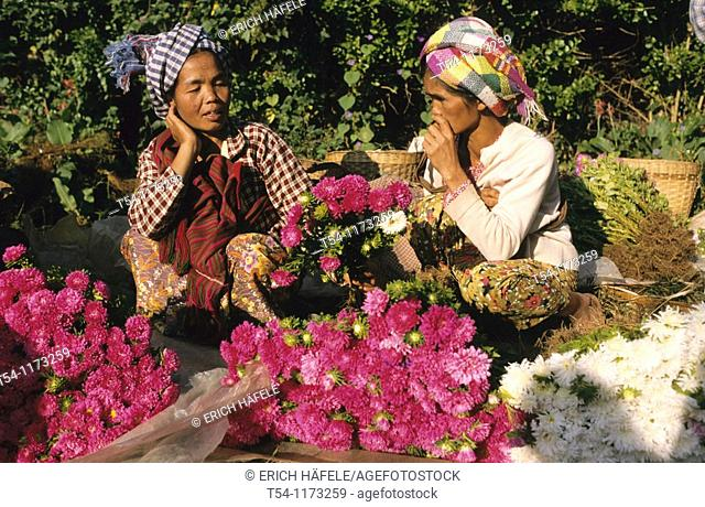 Two Myanmar Woman have a talk on the Market in Heho