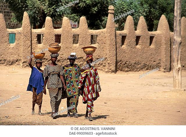Women carrying containers on their heads, Djenne (UNESCO World Heritage List, 1988), Mali