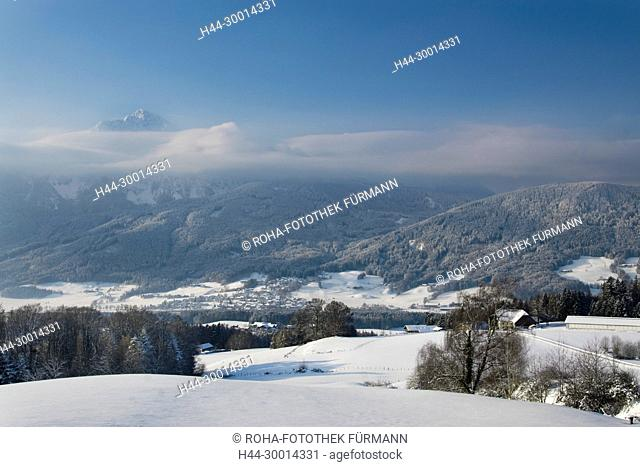 tiefverschneite Winterlandschaft über Aufham in der Gemeinde Anger mit dem Hochstaufen im Hintergrund