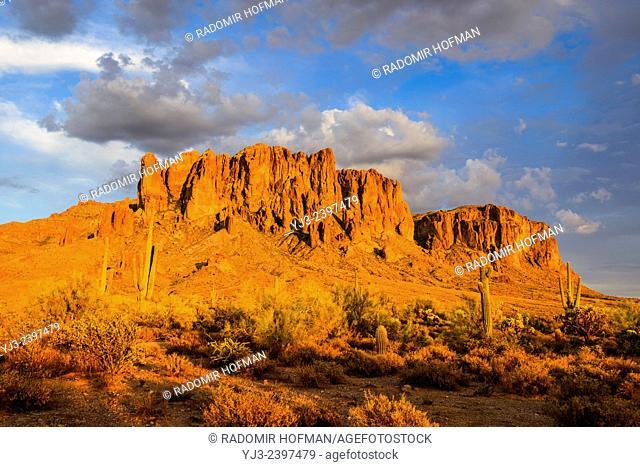 Superstition Mountain Sonoran Desert, Arizona, USA