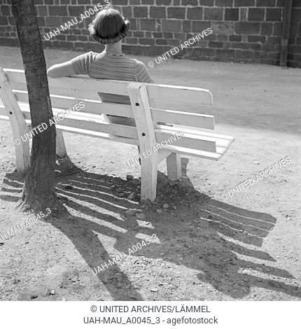 Frau auf einer Bank, Deutschland 1930er Jahre. Woman on a bench, Germany 1930s