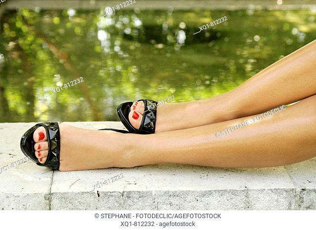 Pies de mujer. Zapatos de tacón